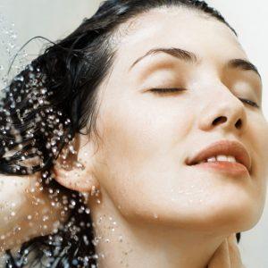 آبرسانی به مو با ۲۸ روشی که باعث درخشندگی موهایتان میشود